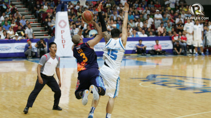 FOUL OR NO FOUL? Paul Lee (dark) tried to fish for the foul from a three-point attempt in the final play of Game 1 but did not get the call. Photo by Josh Albelda/Rappler