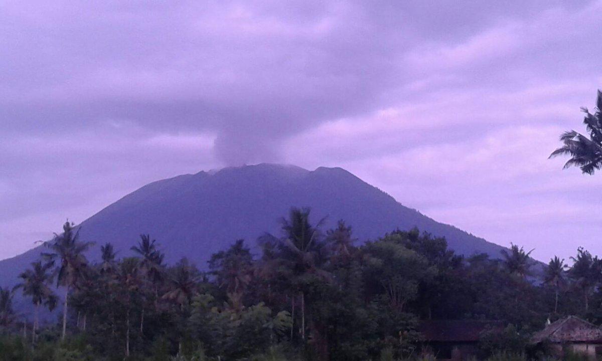 Gunung Agung menyemburkan asap putih, Minggu (3/12). Foto diambil dari @Sutopo_BNPB/twitter