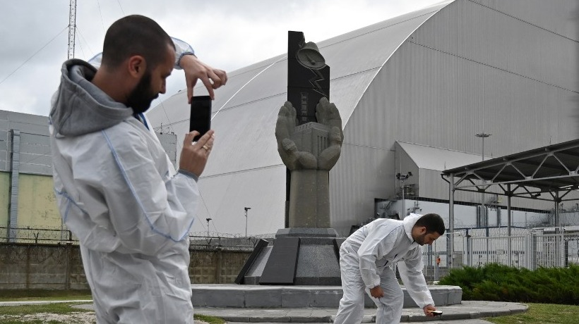PICTURE-TAKING. More tourists have been flocking to the Chernobyl nuclear disaster site since the premiere of HBO's 'Chernobyl' series. Photo from Genya Savilov/AFP