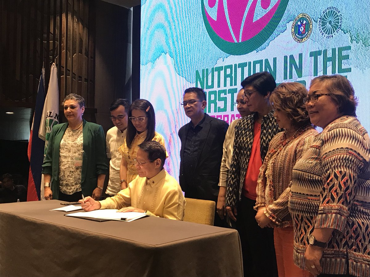 FULL EFFECT. DOH Secretary Francisco Duque III leads the ceremonial signing of the Implementing Rules and Regulations (IRR) of RA 11148 or the Kalusugan at Nutrisyon ng Mag-Nanay Act. Photo by Jene-Anne Pangue/Rappler