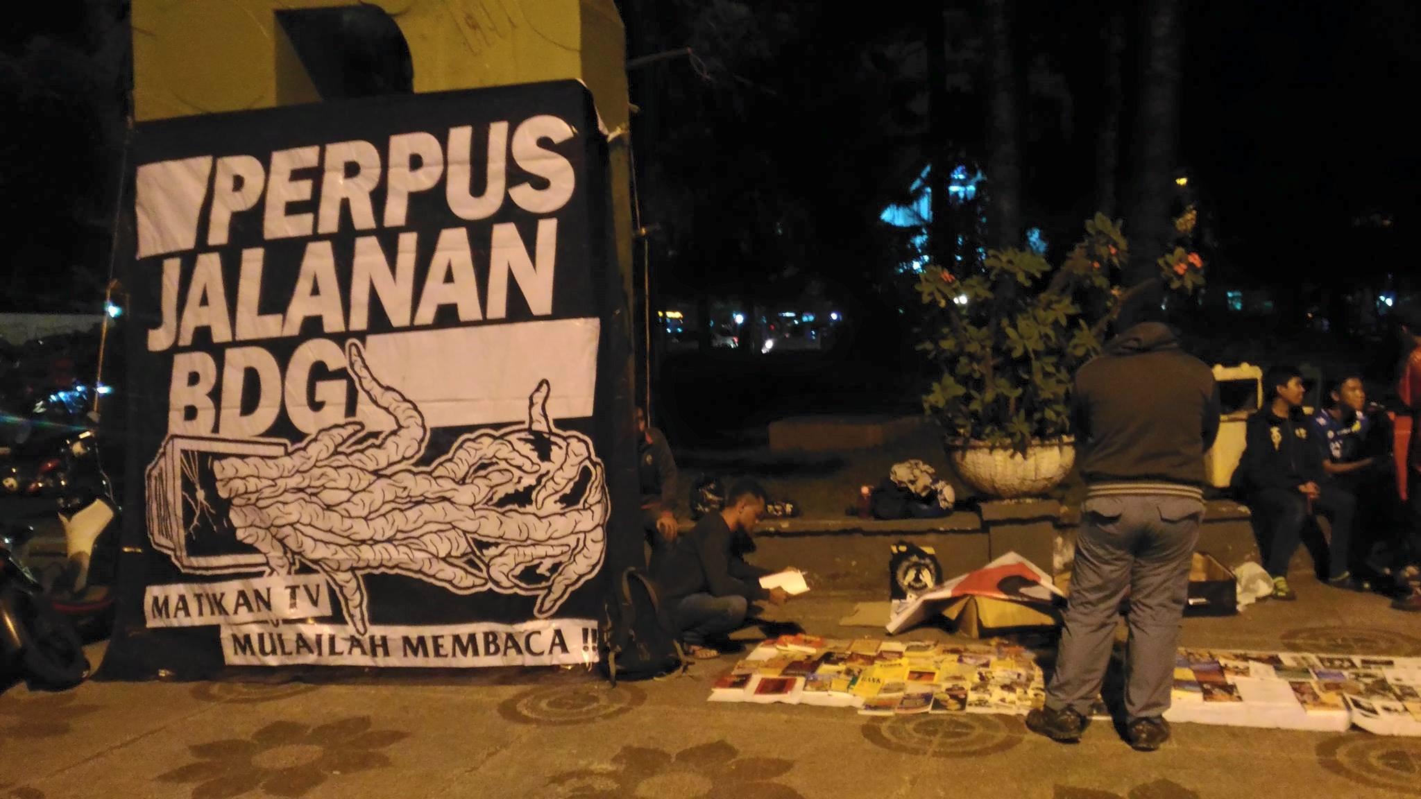 Perpustakaan Jalanan tetap membuka lapak di Taman Cikapayang, Bandung, pada 27 Agustus 2016. Foto dari Facebook/PerpustakaanJalanan