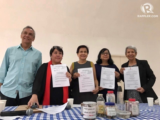 'PISO PARA KAY LENI'. Supporters of Vice President Leni Robredo raise funds to help her in the election case filed against her by former senator Ferdinand Marcos Jr. File photo by Patty Pasion/Rappler