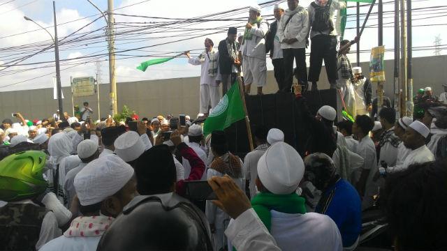 Lebih dari 1.000 orang dari beberapa organisasi Islam di Bekasi melakukan demonstrasi menolak pembangunan Gereja Santa Clara di Bekasi Utara pada Senin, 7 Maret. Foto oleh Eman Dapa Loka