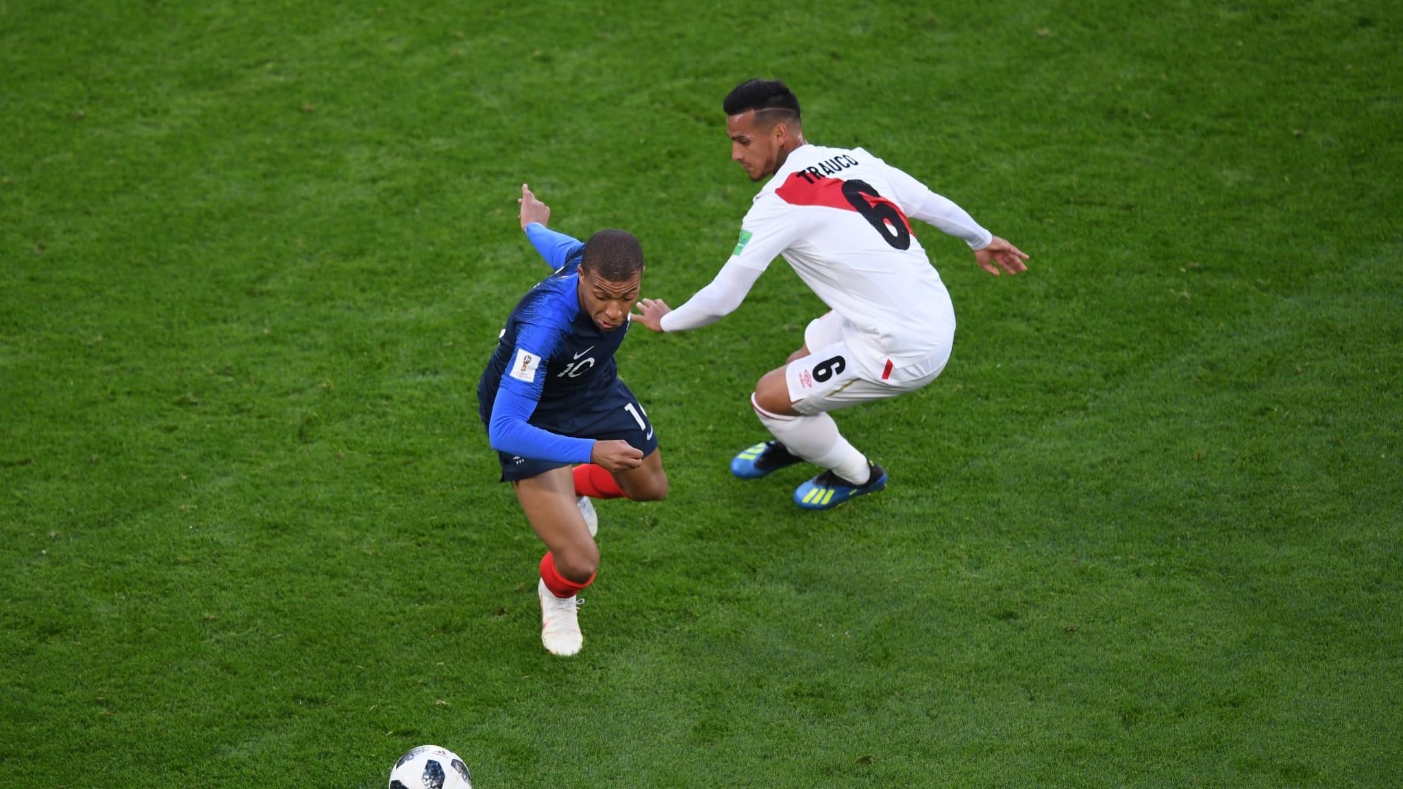 BEREBUT BOLA. Kylian Mbappe (Prancis) berebut bola dengan Miguel Trauco (Peru) di pertandingan Grup C yang akhirnya dimenangkan Prancis. Foto dari FIFA.com