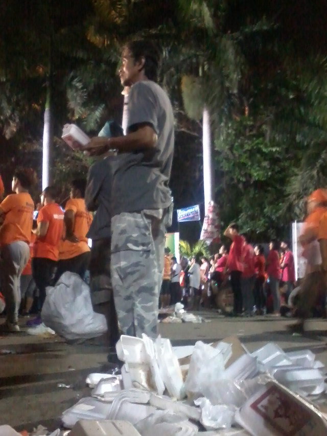 TRASHY RALLY. Styrofoam containers are left on the ground by supporters during Joseph Estrada's proclamation rally in Liwasang Bonifacio. Photo from EcoWaste Coalition