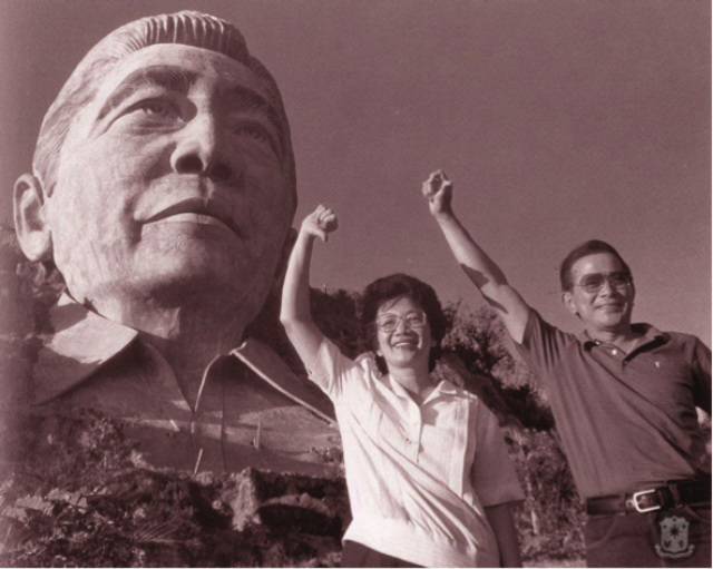 TANDEM. Salvador P. Laurel poses in front of the Marcos bust in Baguio with his presidential contender in the 1986 snap elections, Corazon C. Aquino. Photo from Official Gazette