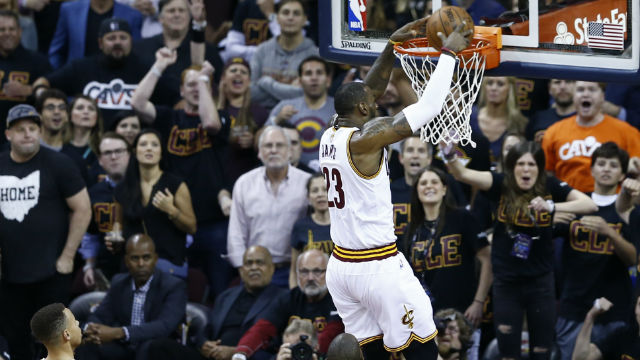 UNSTOPPABLE. LeBron James goes off once again to help sink the Warriors. Photo by EPA/LARRY W. SMITH