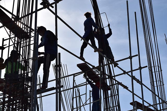 AGENCY-HIRED. Workers in the manufacturing sector are commonly hired through manpower agencies, says the Philippine Statistics Authority. File photo by AFP