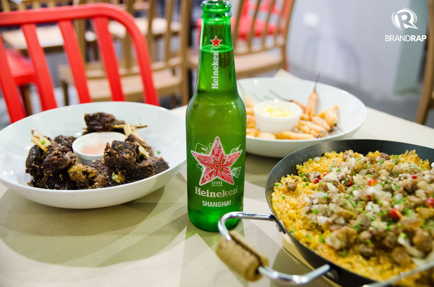 MEALS FOR GROUPS. Enjoy a cold bottle of beer with Minokaua fare like beef riblets, chili bombs, and Sisig Minokaua Rice. Other specialties include the Solar Eclipse (spicy rice cooked with siling labuyo), Lunar Eclipse (paella negra), and mussel pots. Photo by Pauee Cadaing/Rappler
