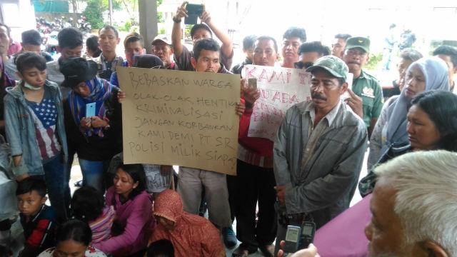Warga dari Kecamatan Kubu, Kabupaten Kubu Raya, Kalimantan Barat meminta perlindungan dari Komnas HAM Kalbar pada Selasa, 2 Agustus 2016. Foto oleh Slamet Ardiansyah.