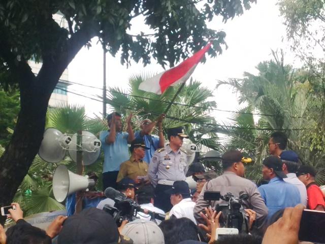 Kepala Dinas Perhubungan DKI Jakarta Andri Yansyah menyampaikan tanggapan atas tuntutan demonstran di depan gedung Balai Kota, Jakarta Pusat.