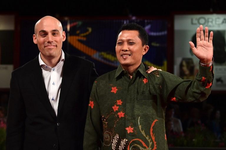 Sutradara Joshua Oppenheimer (kiri) dan Adi Rukun (kanan) saat menghadiri Venice Film Festival, Agustus 2014. Foto oleh AFP