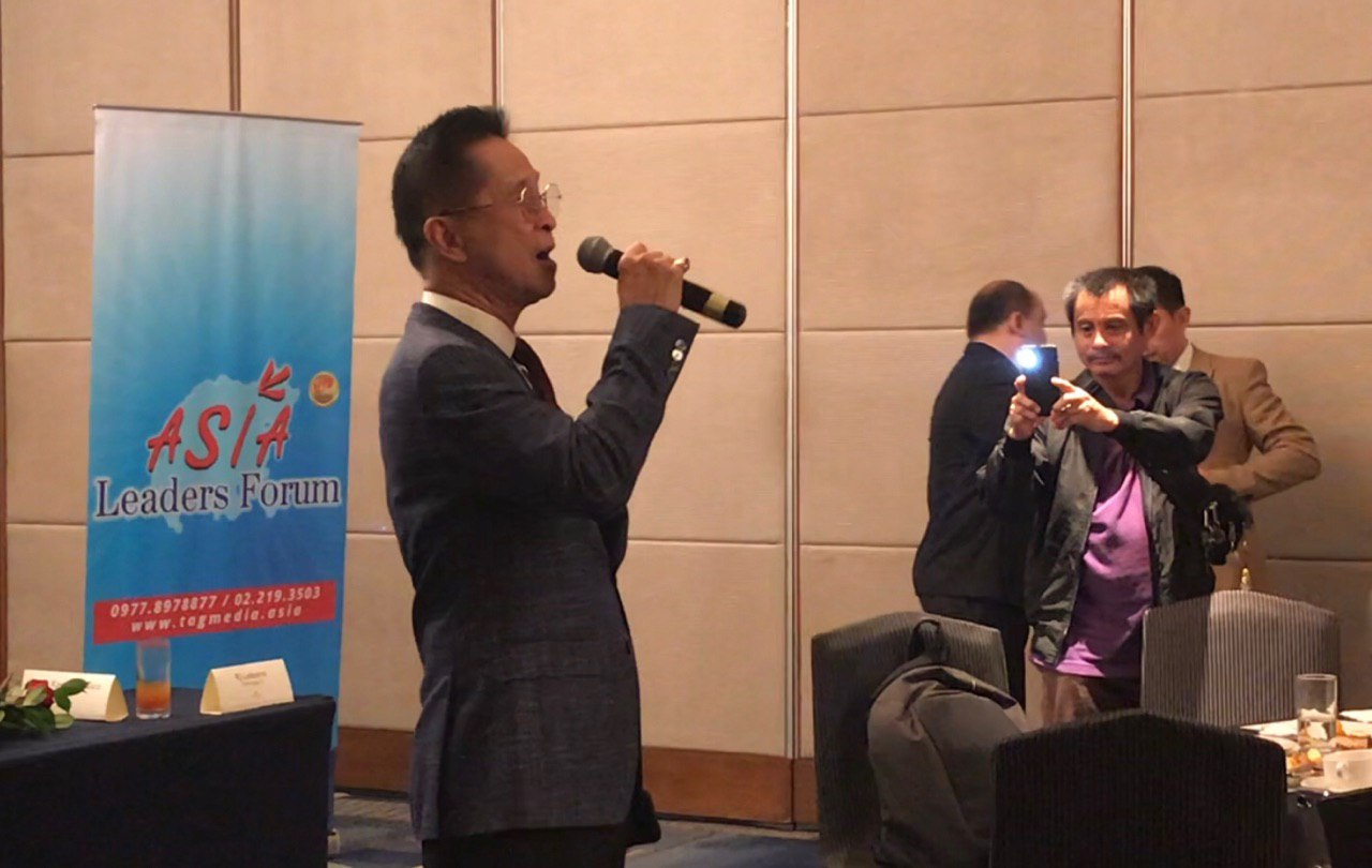 SPOKESMAN TO SONGBIRD. Presidential Spokesperson Salvador Panelo serenades urban planners and real estate executives. Photo by Ralf Rivas/Rappler