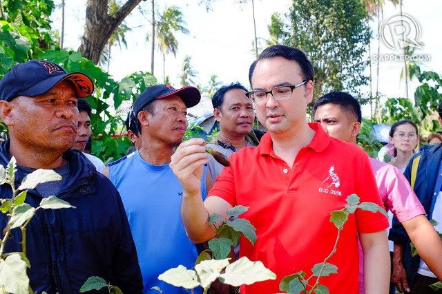 TROUBLE IN THE FARM. Vice-presidential candidate Alan Peter Cayetano holds a stunted-growth eggplant of farmer Rolly Tacud (left-most). Photo by Bobby Lagsa/Rappler