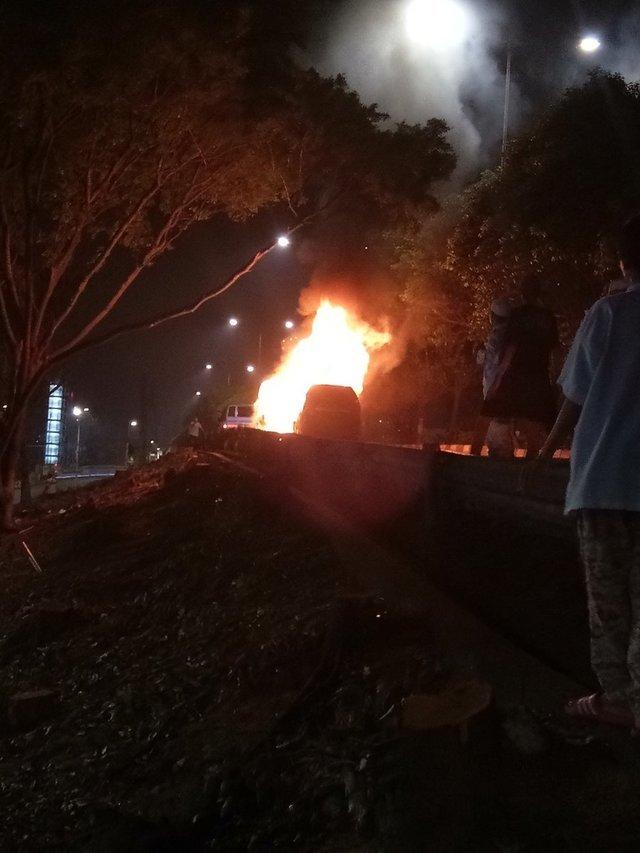Sebuah mobil terbakar di Cawang, Minggu dinihari (16/4). Foto oleh @TMCPoldaMetro/Twitter