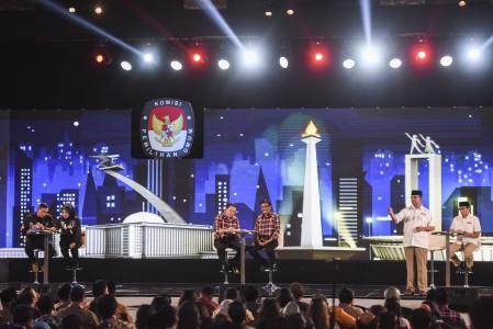 Tiga pasangan calon Gubernur dan Wakil Gubernur DKI Jakarta Agus Harimurti Yudhoyono (kiri)-Sylviana Murni (kedua kiri), Basuki Tjahaja Purnama (ketiga kiri)-Djarot Saiful Hidayat (ketiga kanan), Anies Baswedan (kedua kanan)-Sandiaga Uno (kanan) mengikuti Debat Calon Gubernur dan Wakil Gubernur DKI Jakarta di Hotel Bidakara, Jakarta, Jumat (27/1). Foto oleh Hafidz Mubarak/ANTARA