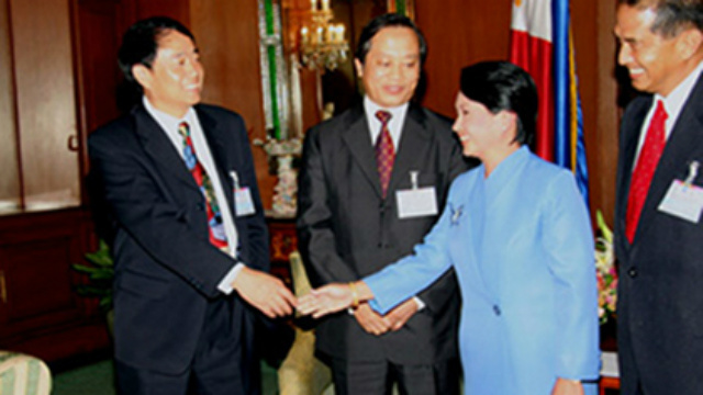 JOINT EXPLORATION. Former President Gloria Macapagal Arroyo meets with Chinese oil company officials on the JMSU in 2005. Photo from the Chinese Foreign Ministry