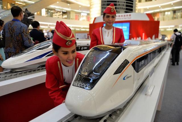 KERETA CEPAT. Miniatur kereta cepat buatan Tiongkok di sebuah pusat perbelanjan di Jakarta. Foto oleh Bay Ismoyo/AFP