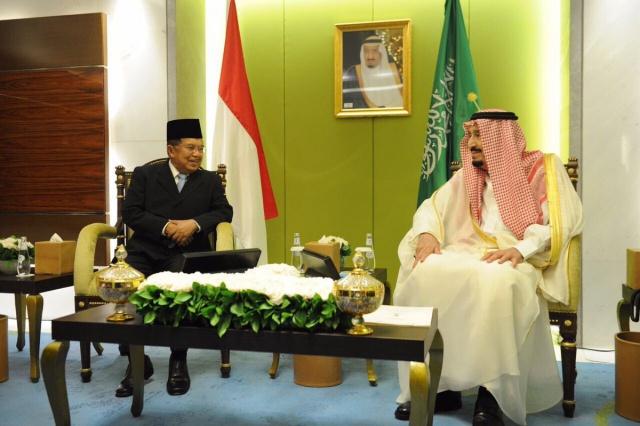 MAKAN MALAM. Wakil Presiden Jusuf u0022JKu0022 Kalla bertemu dengan Raja Salman pada Jumat malam, 3 Maret di Hotel Raffles. Kedua pemimpin juga sempat makan malam. Foto diambil dari akun Twitter @husainabdullah1