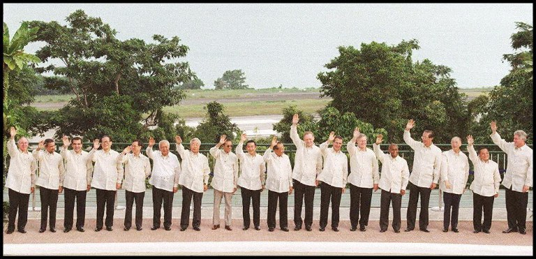 Leaders attending the Asia-Pacific Economic Cooperation (APEC) forum pose for a family photo wearing the Philippines' traditional 'Barong Tagalog' on November 25, 1996. The summit is expected to endorse an ambitious free trade scheme calling for the removal of trade and investment barriers by 2020. Photo by Jonathan Utz /AFP