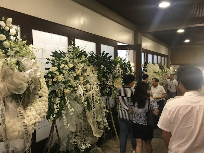 PURITY. White flowers sent by various personalities and organizations fill the Heritage Park's chapel. Photo by Ralf Rivas/Rappler