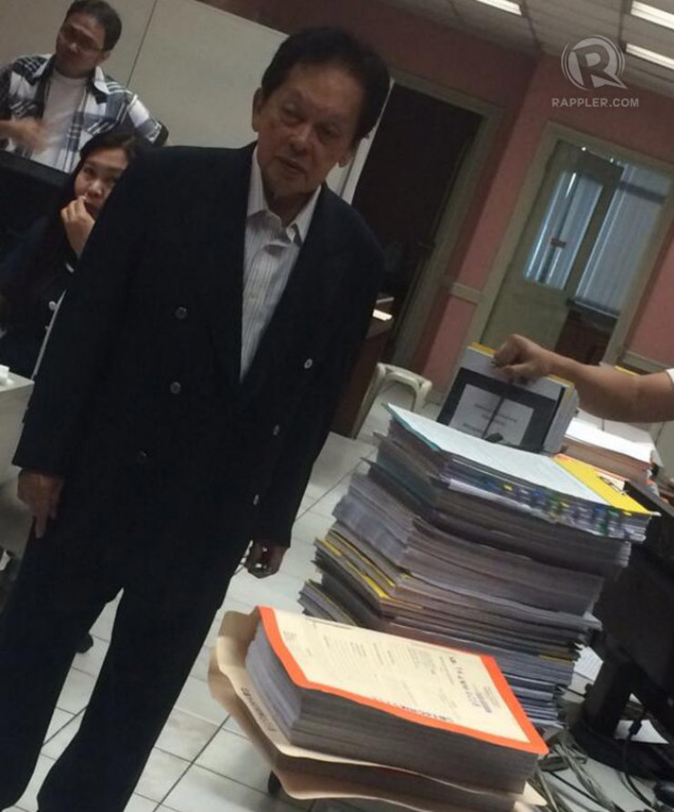 EVIDENCE. Lawyer Estelito Mendoza checks for himself the documentary evidence the Ombudsman has against his client, Senator Juan Ponce Enrile. Photo by Buena Bernal/Rappler