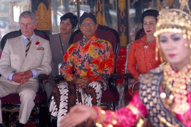 KERATON YOGYAKARTA. Pangeran Charles dari Inggris bersama Sri Sultan Hamengkubuwono di Keraton Yogyakarta, 4 November 2008. Foto oleh Himawan Tok/EPA