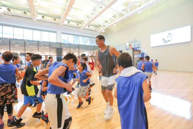 SURPRISE. Jordan Clarkson surprises the We Rise players of the Tenement Court by bringing their training session to Kerry Sports at The Fort. Photo from press release