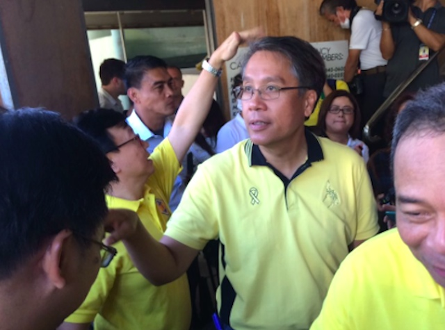 CEBU SORTIE. Administration standard-bearer Mar Roxas visits a shipbuilding company in Lapu-Lapu City on March 3, 2016. Photo by Bea Cupin/Rappler