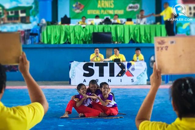 SMILE. Region XII arnis players huddle for a snapshot. File photo by Regine Villafuerte/Rappler