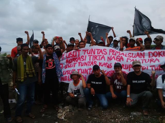 USUT TUNTAS. Nelayan dan petani tambak Banten meminta pemerintah mengusut tuntas kasus penambangan pasir yang ditengarai tak berizin. Foto oleh Ursula Florene/Rappler
