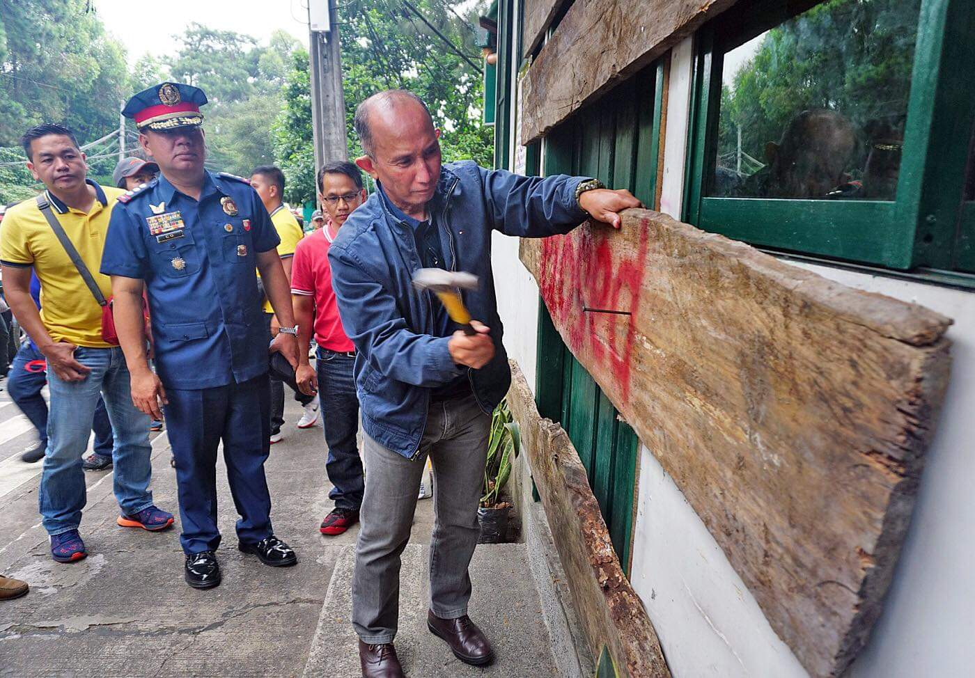 MAYOR IN ACTION. First-term Baguio City Mayor Benjamin Magalong shuts down a bar at Upper Session in his first week week in office in July 2019. Sourced photo