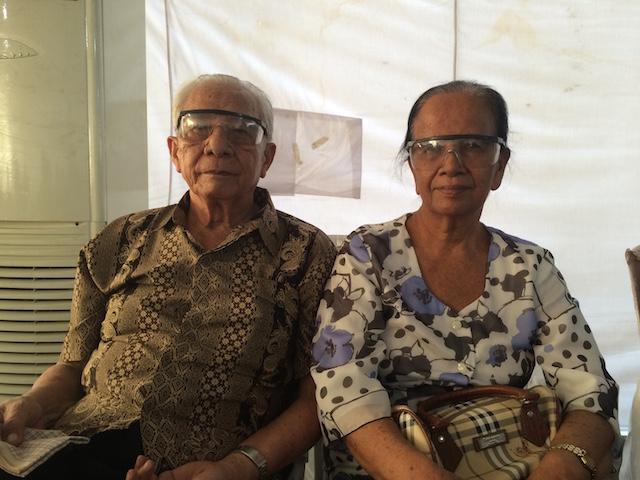 T Kinambunan (88) dan En Boru Pospos mengisahkan tentang keponakan mereka Reni dan Rully yang menjadi korban kecelakaan pesawat Hercules. Foto oleh Febriana Firdaus/Rappler