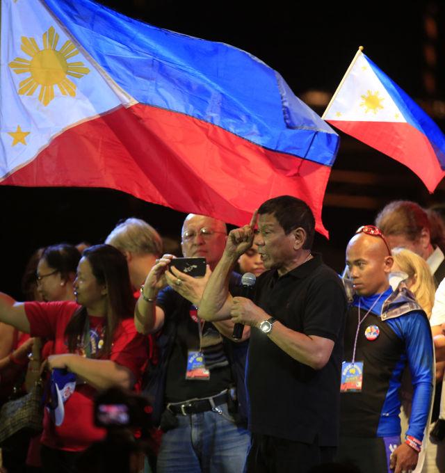 RODRIGO DUTERTE. Filipino presidential candidate, Davao City Mayor Rodrigo Duterte (2-R) gestures during an election campaign in Taguig City, South of Manila, Philippines, 30 April 2016.  Photo by EPA