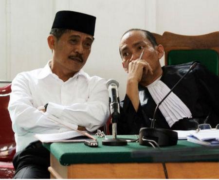 Bupati Barru, Andi Idris Syukur (kiri) didampingi pengacaranya mendengarkan keterangan saksi pada sidang lanjutkan di Pengadilan Tindak Pidana Korupsi (Tipikor) Makassar, Sulawesi Selatan. Andi Idris Syukur menjalani sidang lanjutan kasus dugaan gratifikasi dan tindak pidana pencucian uang. Foto oleh Antara/Sahrul Manda Tikupadang