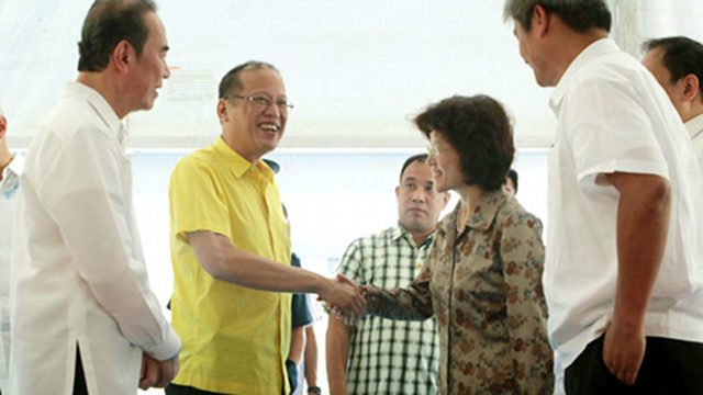 THANKING CHINA. President Benigno Aquino III shows gratitude to China, through Ambassador Ma Keqing, for a $116-million loan that helped the government build a P6.1-billion aqueduct improvement project. Malacau00f1ang file photo