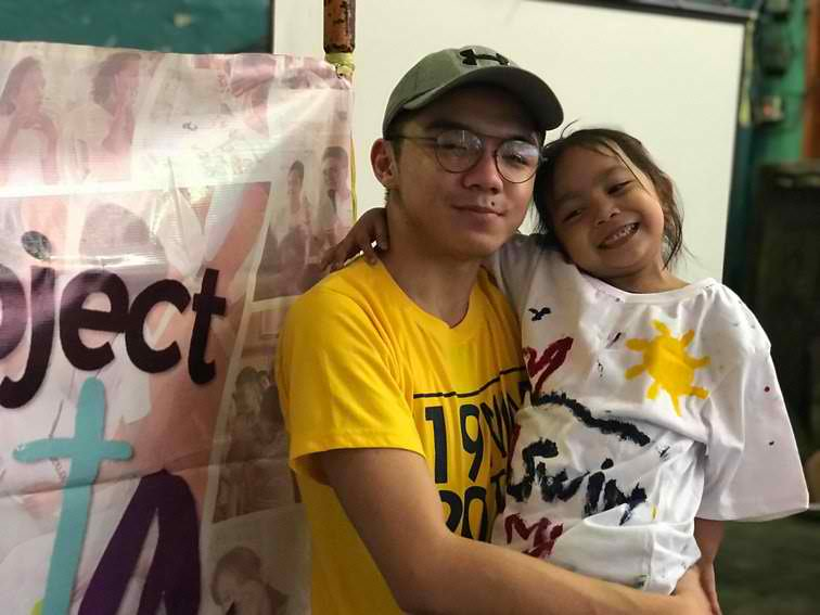 SWIMMER. Lourelyn proudly wears her shirt for a photo opportunity during the outreach event in Tondo, Manila. Photo by Kurt Dela Peu00f1a/Rappler