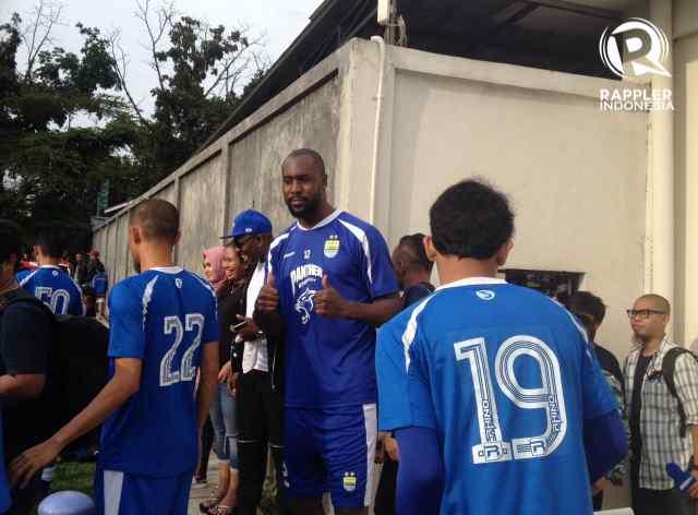 ACUNGKAN JEMPOL. Carlton Cole mengaku terkejut disambut ratusan pendukung Persib Bandung saat berlatih pada Jumat, 31 Maret. Foto oleh Yuli Saputra/Rappler