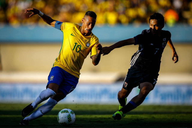 Neymar (L) of Brazil in action against Harakawa (R) of Japan during a friendly match between the Olympic teams of Brazil and Japan at the Serra Dourada stadium in Goiania, Brazil, 30 July 2016. EPA/Fernando Bizerra Jr.