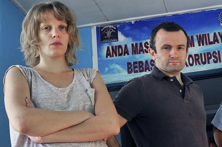 DITANGKAP. Jurnalis Perancis, Thomas Dandois (kanan) dan Valentine Bourrat (kiri) dari stasiun televisi Arte terlihat di kantor imigrasi Jayapura pada 28 Agustus 2014. Mereka ditangkap karena menyalahgunakan visa kunjungan untuk meliput di Papua. Foto oleh AFP
