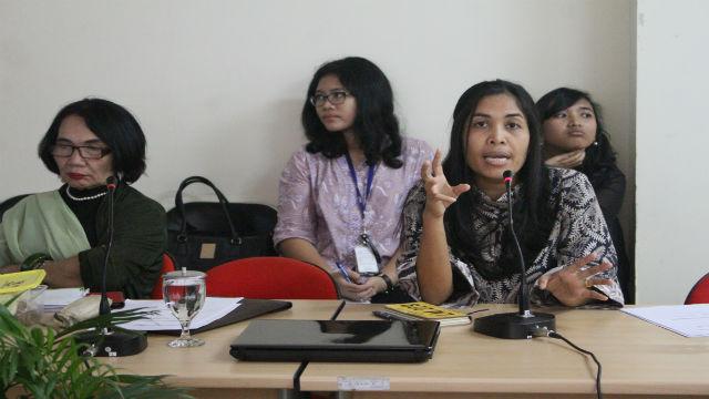 Nurul (kanan) dari IOM Indonesia berbicara mengenai perdagangan orang di Indonesia, didampingi Komisioner Komnas Perempuan Magdalena Sitorus. Foto: Kanis Dursin