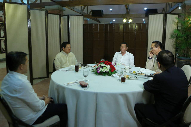 MEETING. President Rodrigo Duterte has a late night meal with Brother Eddie Villanueva. Malacau00f1ang photo