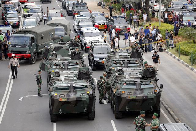 SIAGA 1. Panser Tentara Nasional Indonesia disiagakan di kawasan Mal Sarinah sesaat setelah sebuam bom meledak, Kamis, 14 Januari 2016. Foto oleh Bagus Indahono/EPA