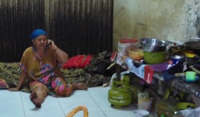 KUMPULKAN SUMBANGAN. Keberadaan Ibu Eni berhasil ditemukan oleh komunitas Stand Up Serang. Foto dari Twitter/@darahkotor