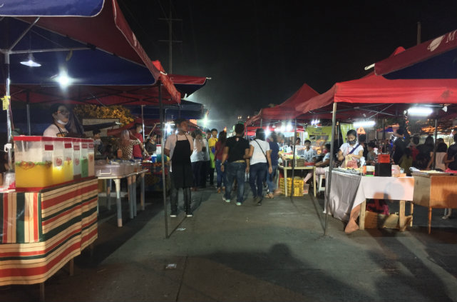 BUSINESS IS SLOW. The crowd at the once-bustling Roxas night market isn't as busy. Photo by Bea Cupin/Rappler