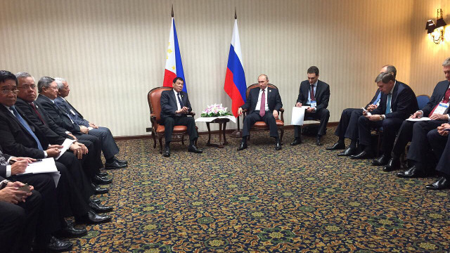 TWO PRESIDENTS. Philippine President Rodrigo Duterte and Russian President Vladimir Putin hold a meeting in the presence of their ministers. Malacau00f1ang Press Pool photo