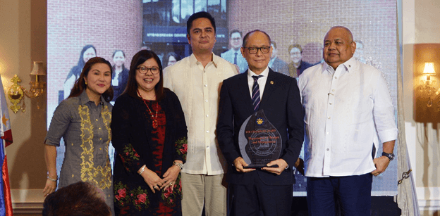 CHAMPION. Budget Secretary Benjamin Diokno received the award for being the FOI Champion Department on December 4, 2017. Photo from DBM