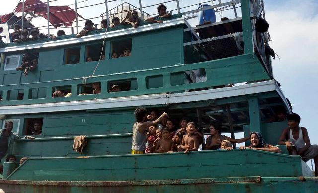 Pengungsi Rohingya asal Myanmar saat terombang-ambing d dekati Pulau Andaman, Malaysia, 14 Mei 2015. Foto oleh EPA.