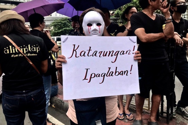 FIGHTING BACK. A relative of a drug war victim joins the protest after the prayer. Photo by Rambo Talabong/Rappler