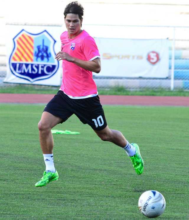 Phil Younghusband fields the ball. Photo by Bob Guerrero